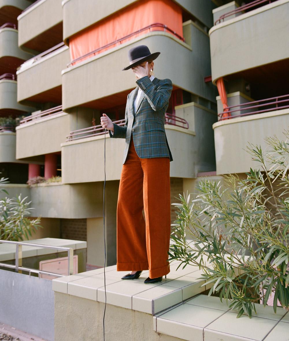 Americana de lana y pantalón de pana de mujer hechos a medida por Sastre Arnau Aguilar